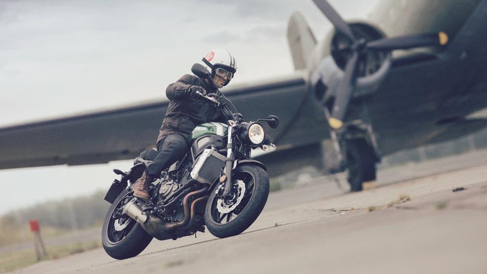 2016-Yamaha-XSR700-EU-Forest-Green-Action-001