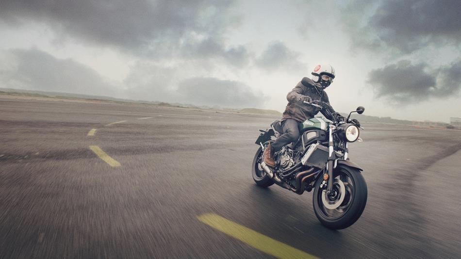 2016-Yamaha-XSR700-EU-Forest-Green-Action-003