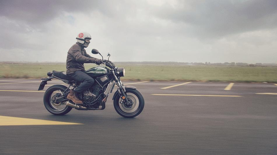 2016-Yamaha-XSR700-EU-Forest-Green-Action-004