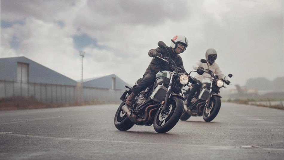 2016-Yamaha-XSR700-EU-Forest-Green-Action-006