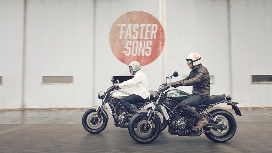 2016-Yamaha-XSR700-EU-Forest-Green-Action-007