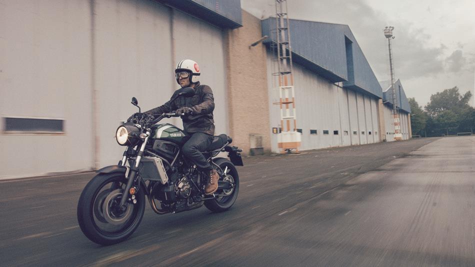 2016-Yamaha-XSR700-EU-Forest-Green-Action-008